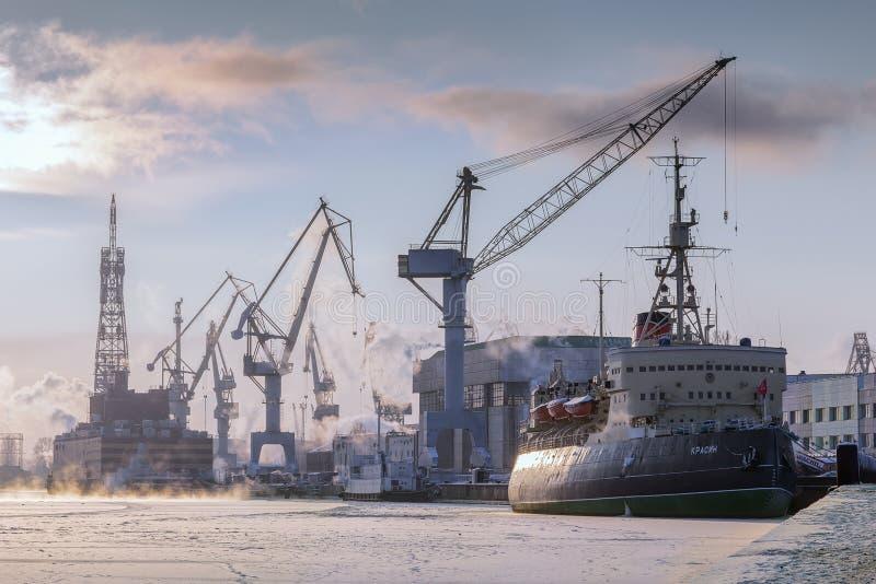 Rompehielos Krasin del museo en el río Neva en el invierno, St Peters imágenes de archivo libres de regalías