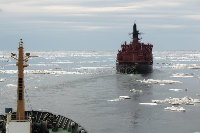 Rompehielos nuclear en el hielo foto de archivo libre de regalías