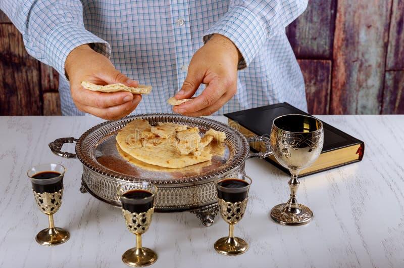 Rompendo il pane nella chiesa durante la comunione fotografia stock libera da diritti