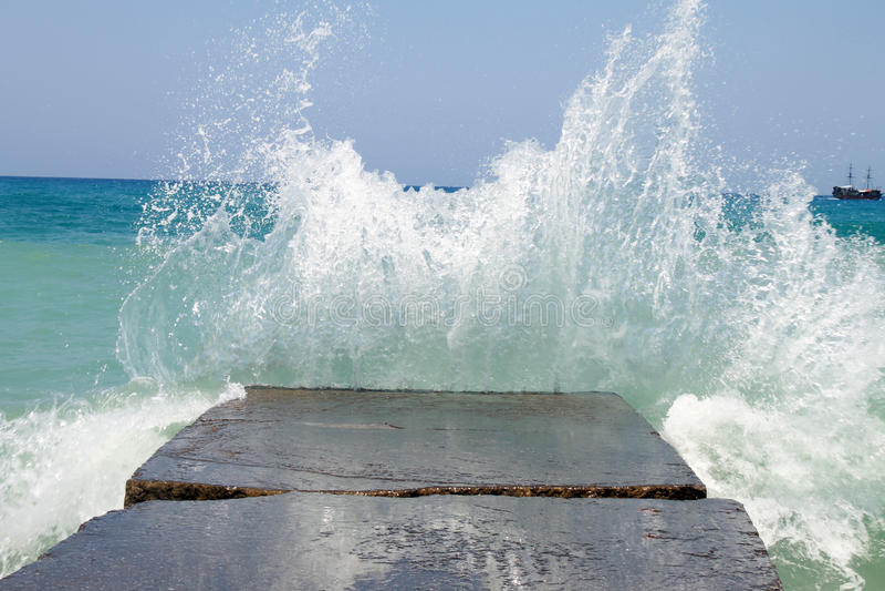 Rompeolas de piedra con las ondas de fractura fotografía de archivo