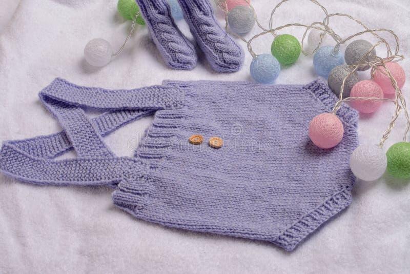 Romper bonito para o bebê, feito do fio de lã fotografia de stock royalty free