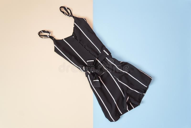 Romper listrado preto, fundo cor-de-rosa e azul macio Fashionab imagens de stock