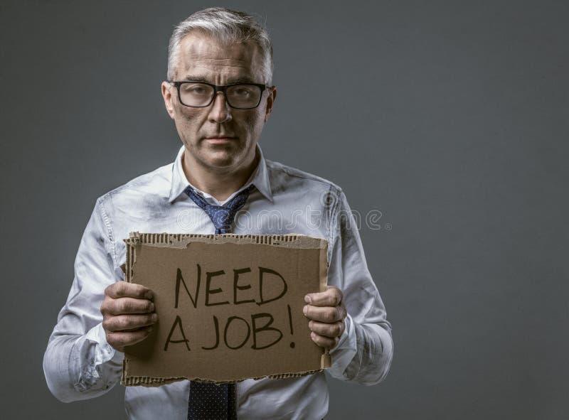 Rompió al hombre de negocios desempleado que llevaba a cabo una muestra de la cartulina imagen de archivo