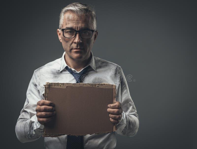 Rompió al hombre de negocios desempleado que llevaba a cabo una muestra de la cartulina imágenes de archivo libres de regalías