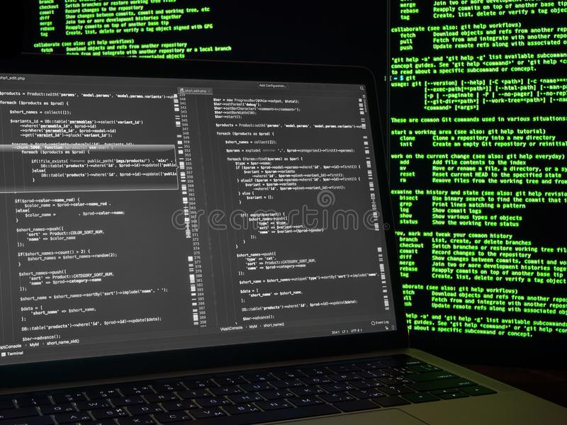 Rompimento da Web Hacker que procura backdoors e que explora a vulnerabilidade Código preto e branco no portátil com verde do vír fotos de stock royalty free
