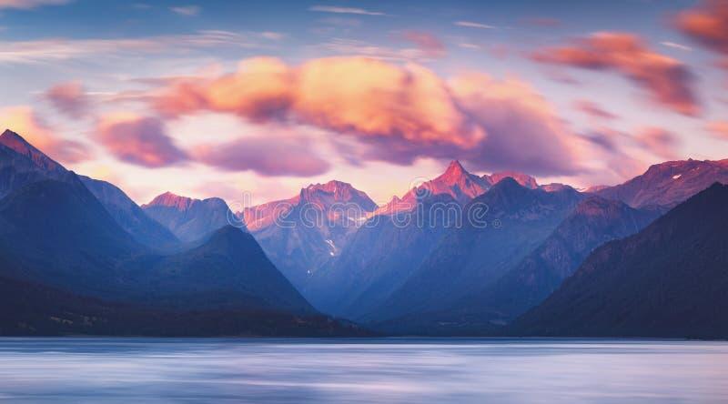 Romsdalfjord美妙的日落山景在翁达尔斯内斯附近的在挪威 库存照片