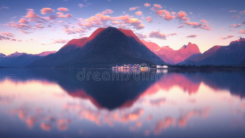 Romsdalfjord美妙的日落视图在翁达尔斯内斯附近的在挪威 图库摄影