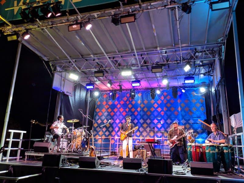 Ron Artis II & prawda wykonujemy na scenie podczas noc koncerta zdjęcie royalty free