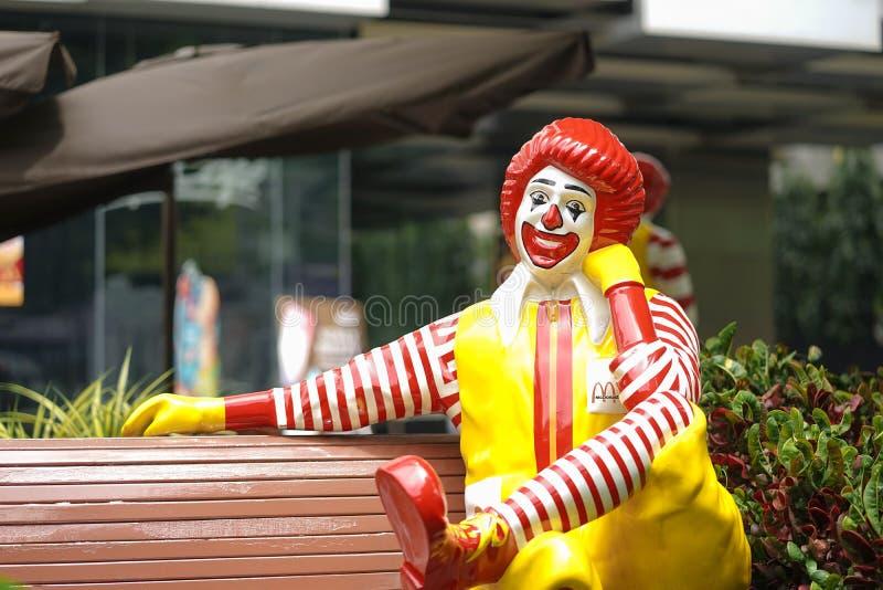 Ronald McDonald Ronald es la mascota de la corona de McDonald, uno de la cadena de comida rápida más grande que vende las hamburg foto de archivo