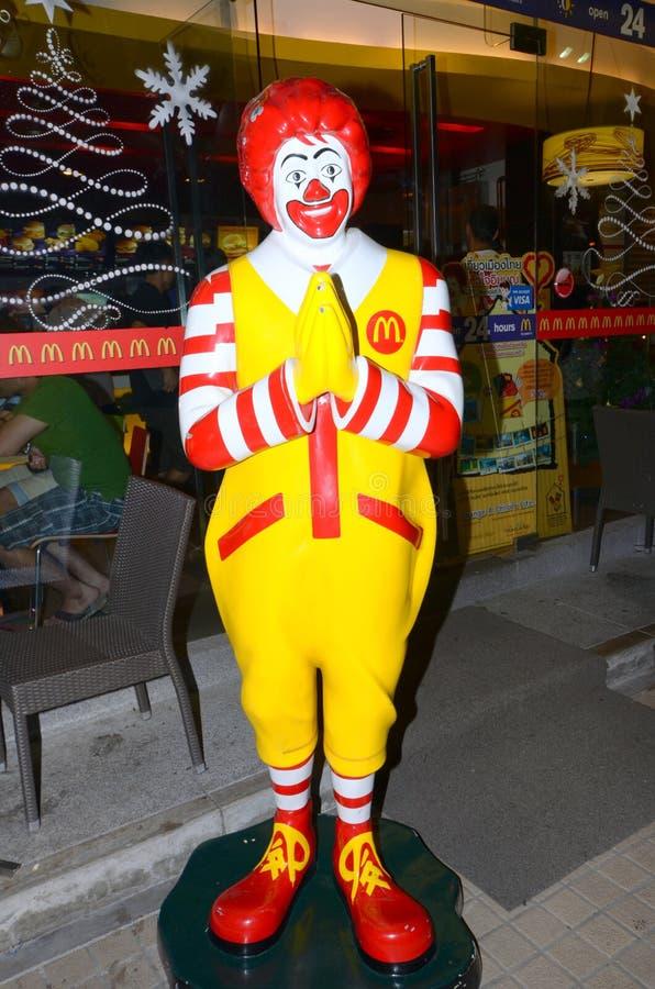 Ronald McDonald Hands knäppte fast i en traditionell thailändsk hälsning royaltyfria bilder
