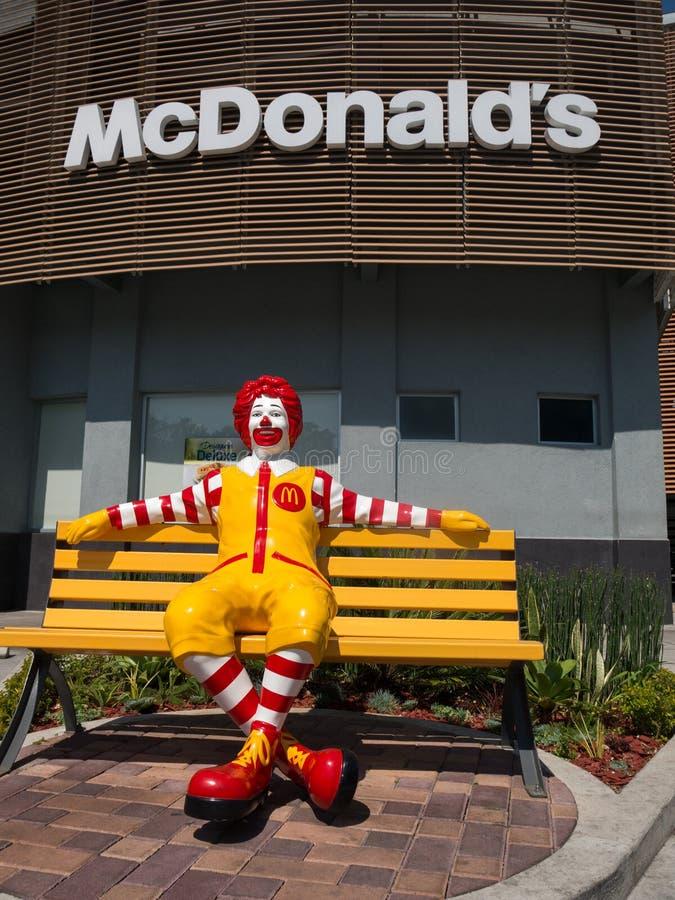 Ronald McDonald, het Snelle Voedselrestaurant van McDonalds stock afbeelding