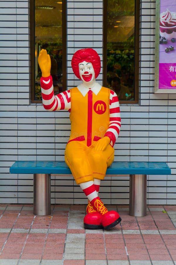 Ronald McDonald que se sienta en la silla imagen de archivo libre de regalías