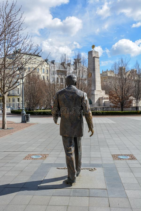 Ronald Reagan-standbeeld met de ambassade van de V.S. en het Sovjetoorlogsmemorandum stock foto