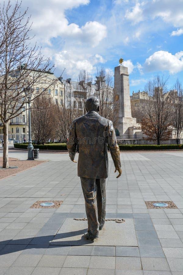 Ronald Reagan staty med USA-ambassaden och den sovjetiska krigminneslistan arkivfoto
