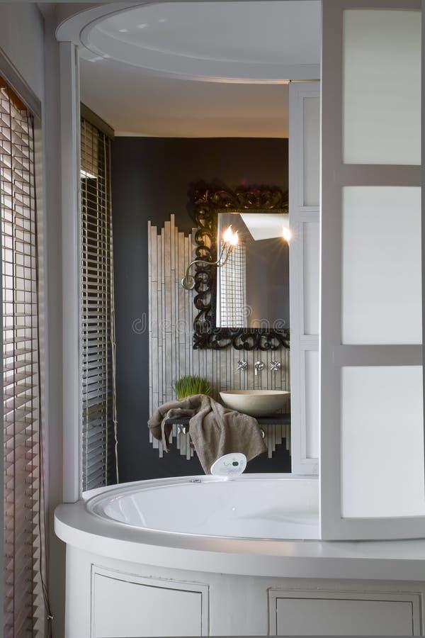Rond bad in de badkamers stock afbeelding. Afbeelding bestaande uit ...