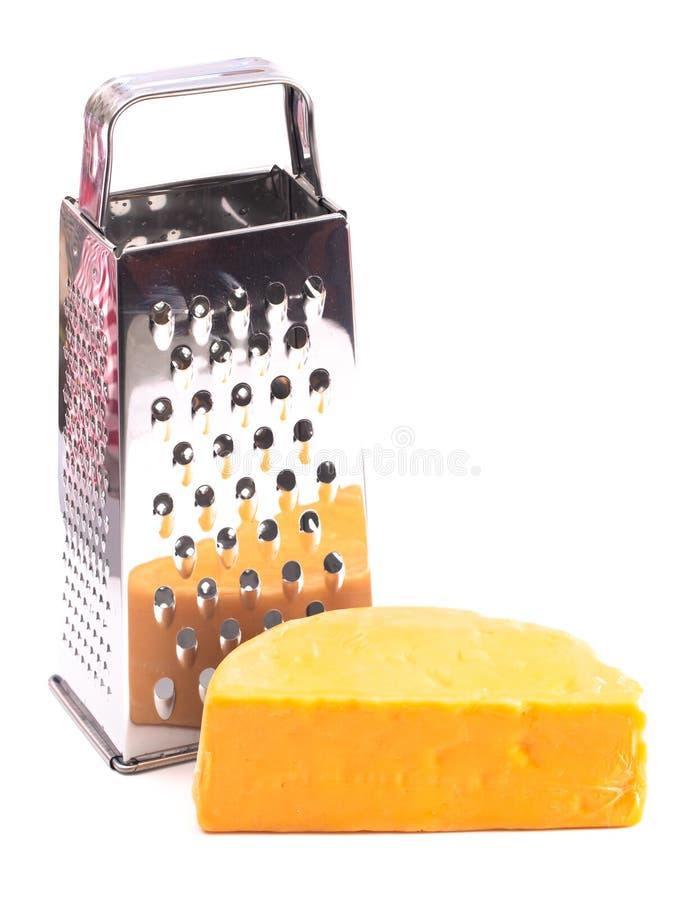 Rond de fromage de cheddar râpé sur un Backgrouned blanc image stock