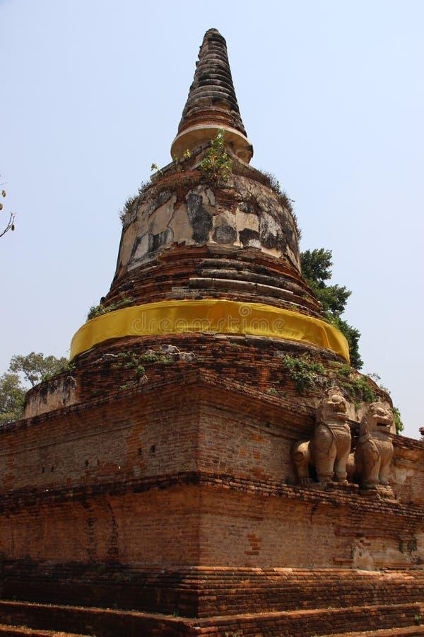 Rond et pagodas antiques de forme de Bell avec des lions de stuc images stock