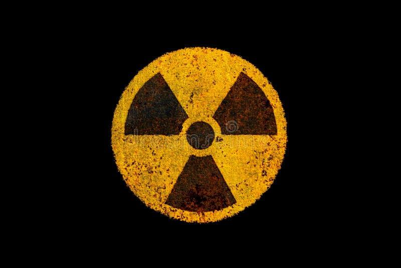 Rond geel en zwart radioactief ioniserende straling kerngevaarsymbool op roestige metaal grungy textuur en geïsoleerd op zwarte stock illustratie