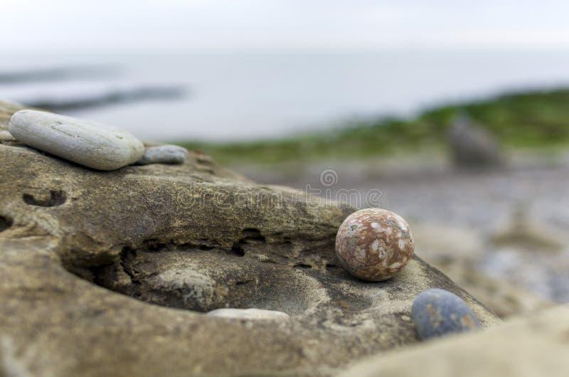 Rond gemaakte rots op rotsen royalty-vrije stock foto