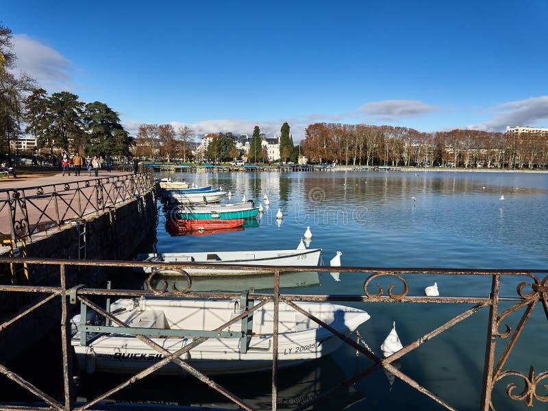 Rond geschoten van het meer van Annecy en de bergen stock afbeeldingen