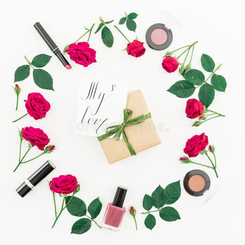 Rond kader met rozen, schoonheidsmiddelen, giftdoos en kaart met geschreven citaat ` Mijn liefde ` op witte achtergrond Vlak leg, stock foto