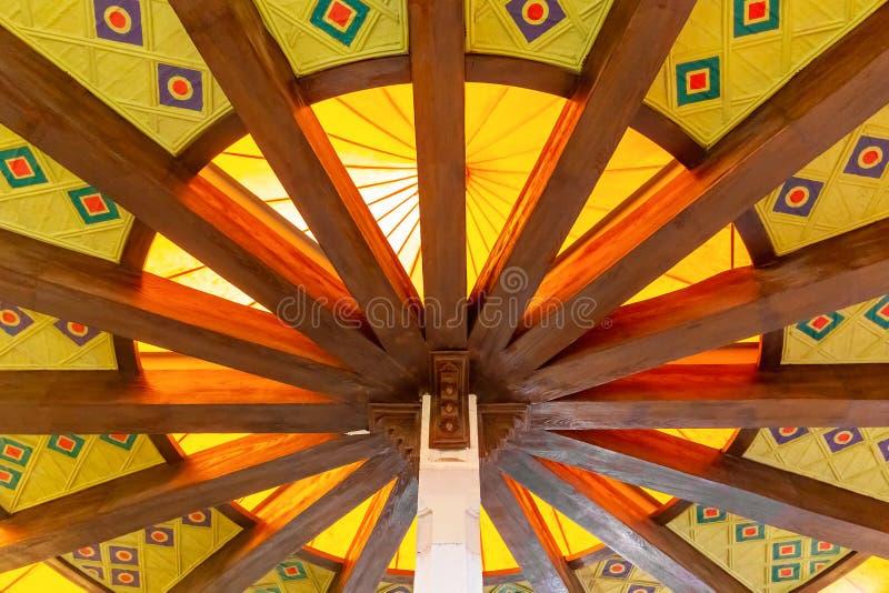 Rond oostelijk plafond met patronen in de bouw van de markt in Muscateldruif, de hoofdstad van Oman royalty-vrije stock afbeelding