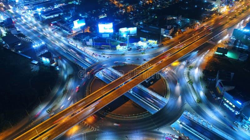 Rond point de route de vue aérienne, autoroute urbaine avec des sorts de voiture dans le CIT photos libres de droits