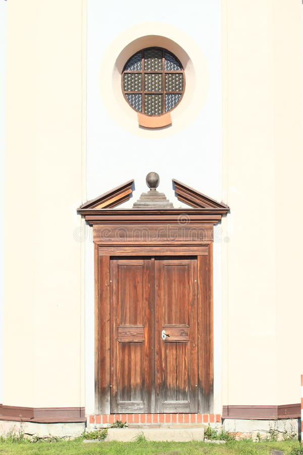 Rond venster en houten deur royalty-vrije stock afbeelding