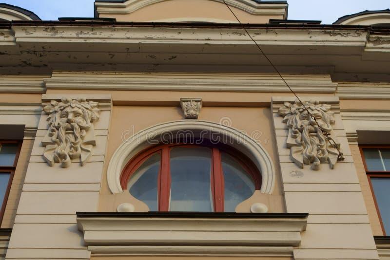 Rond venster met bas-hulp van daemonhoofden royalty-vrije stock foto's