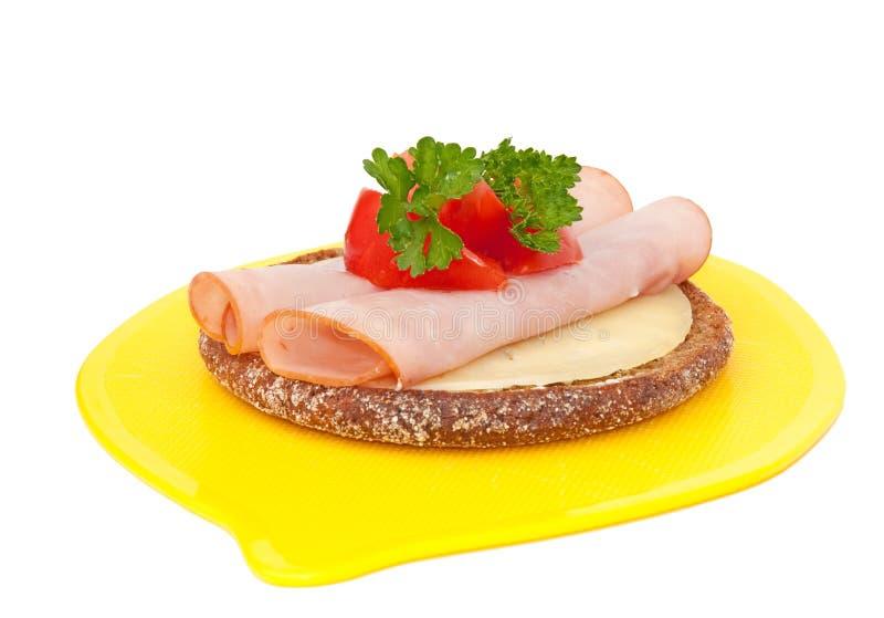 Rond vlak open onder ogen gezien roggebrood met kaas royalty-vrije stock afbeelding