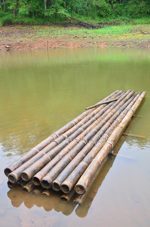 Rond vlotbamboe op een groot reservoir in Pang Ung royalty-vrije stock fotografie
