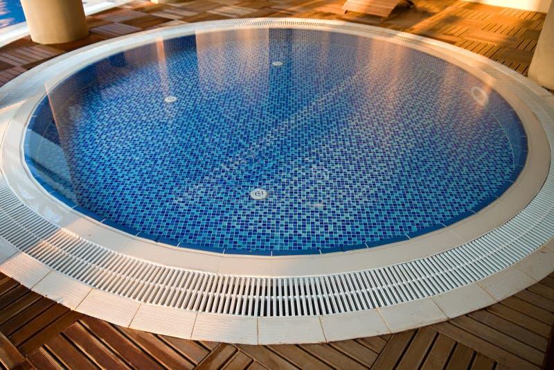Rond zwembad stock afbeelding afbeelding bestaande uit zitkamer