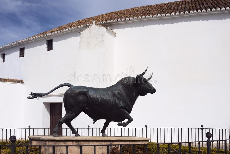 Ronda, Ισπανία, το Φεβρουάριο του 2019 Μνημείο στον ταύρο στη κυρία είσοδος στον κυκλικό χώρο Plaza de Toros, Ronda στοκ φωτογραφία με δικαίωμα ελεύθερης χρήσης