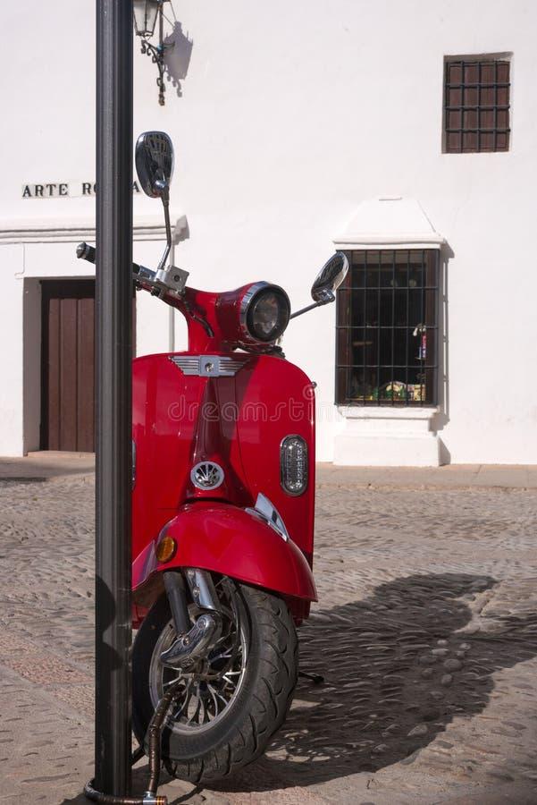 Ronda, Ισπανία, το Φεβρουάριο του 2019 Ένα παλαιό ιταλικό κόκκινο μηχανικό δίκυκλο σταθμεύουν κοντά στην κύρια έλξη της Ronda - η στοκ φωτογραφία με δικαίωμα ελεύθερης χρήσης