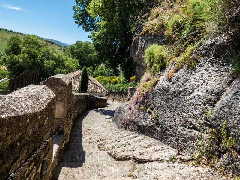 ronda Τρόπος κατά μήκος του παλαιού τοίχου φρουρίων Άποψη στη Ronda και τα περίχωρα στοκ φωτογραφίες με δικαίωμα ελεύθερης χρήσης