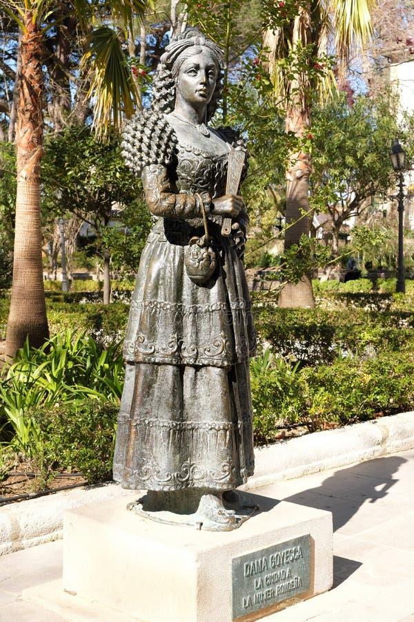 Ronda, Andalucia Hiszpania, Marzec, - 16, 2019: brązowa statua Dama Goyesca w Alameda parku, Ronda, Hiszpania zdjęcie stock