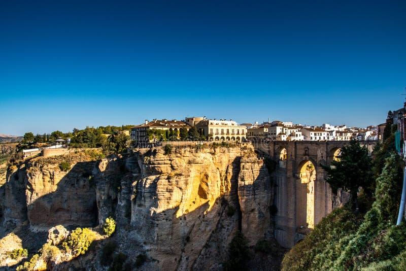 RONDA ANDALUSIA/SPANIEN - OKTOBER 08 2017: SIKT PÅ RONDA OCH DEN GAMLA STENBRON arkivfoto