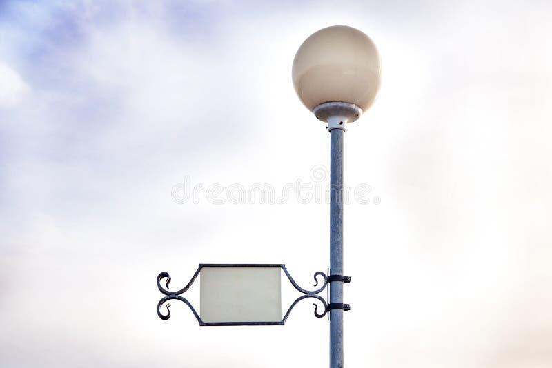 Ronda blanca - lámpara de calle de la bola, el tablero de la inscripción fotografía de archivo libre de regalías