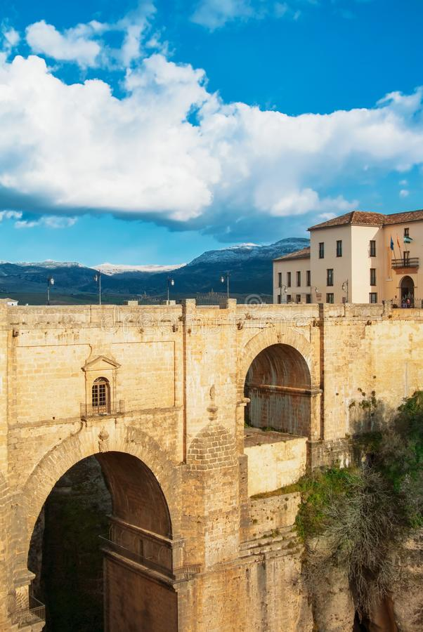 RONDA, ESPAÑA - 4 DE FEBRERO DE 2014: Una vista al nuevo puente famoso P imagen de archivo