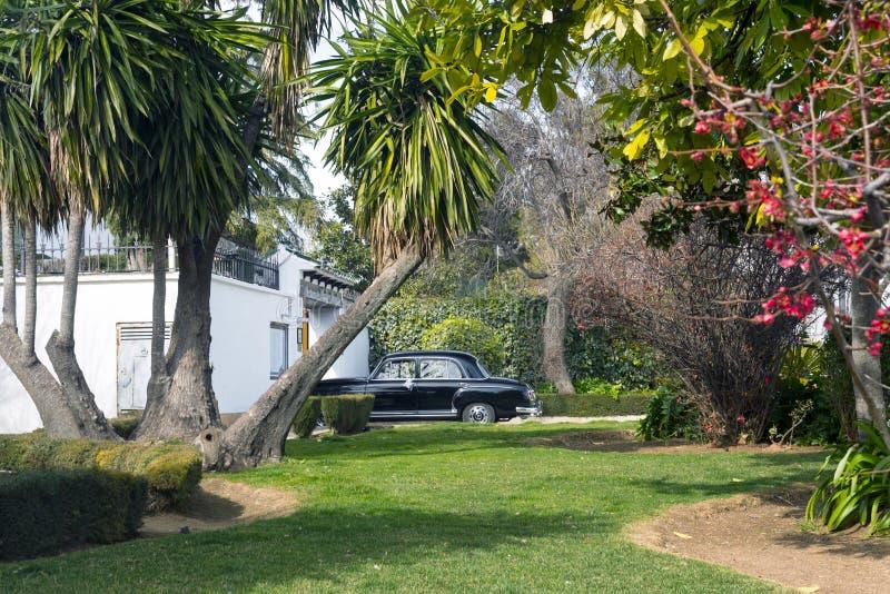 Ronda, Hiszpania, Luty 2019 Czarny retro samochód czekać na panny młodej blisko wygodnego domu fotografia royalty free