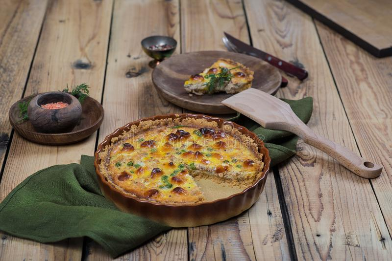 Ronde blozende open pastei met groente en kaas het vullen stock afbeelding