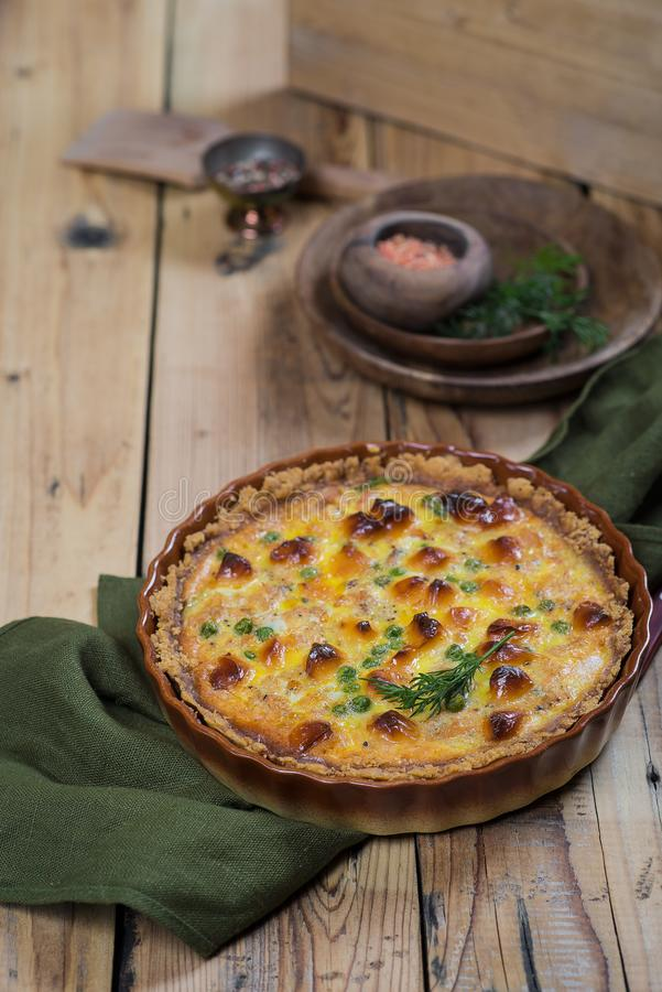 Ronde blozende open pastei met groente en kaas het vullen stock foto