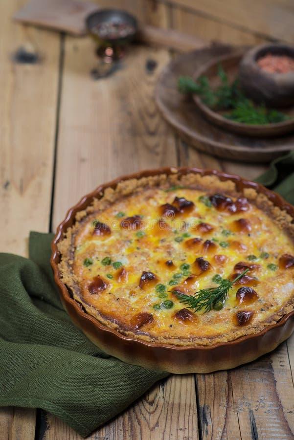 Ronde blozende open pastei met groente en kaas het vullen stock afbeeldingen