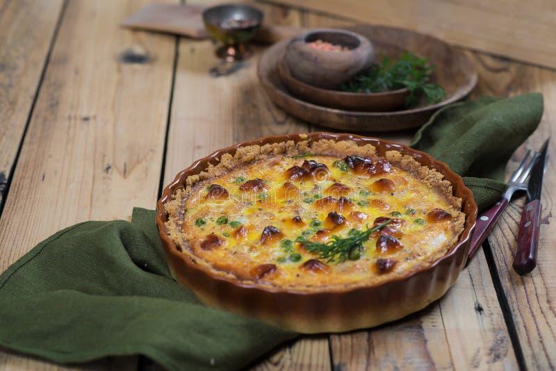 Ronde blozende open pastei met groente en kaas het vullen stock fotografie
