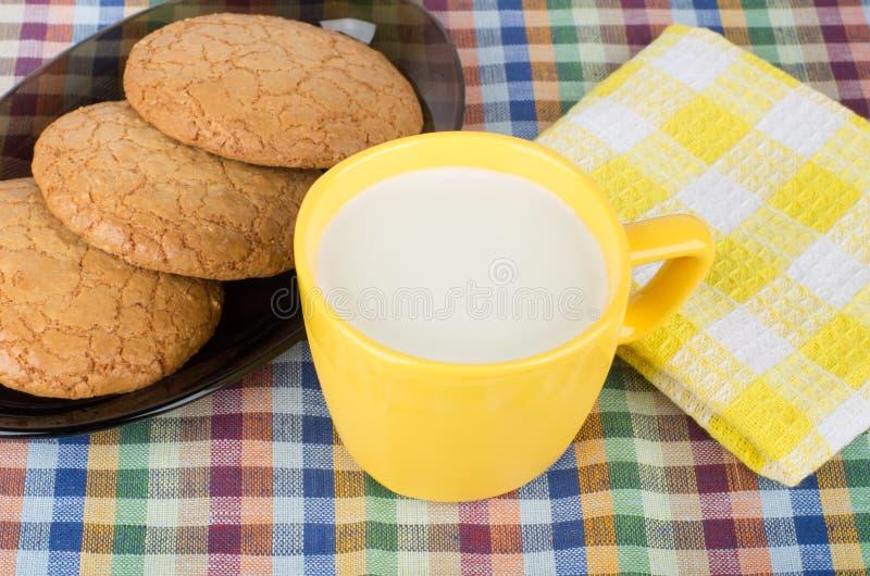 Download Ronde Bruine Koekjes In Zwarte Schotel En Kop Van Melk Stock Afbeelding - Afbeelding bestaande uit voedsel, dessert: 54089235