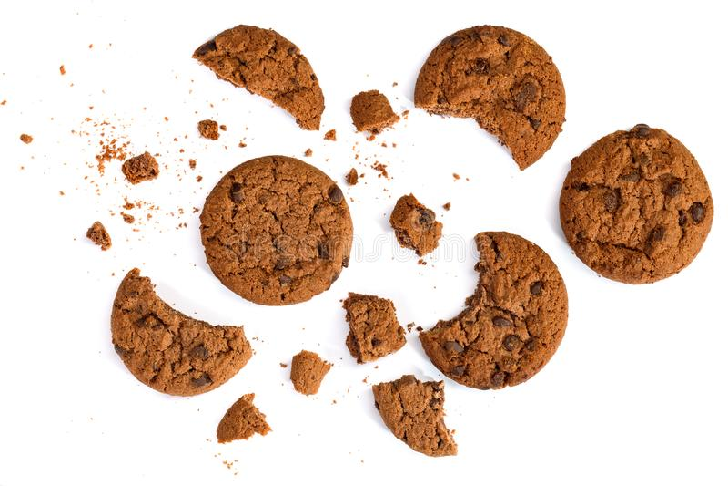 Ronde chocoladeschilferkoekjes en crumbs die op witte achtergrond worden geïsoleerd Hoogste mening stock afbeeldingen
