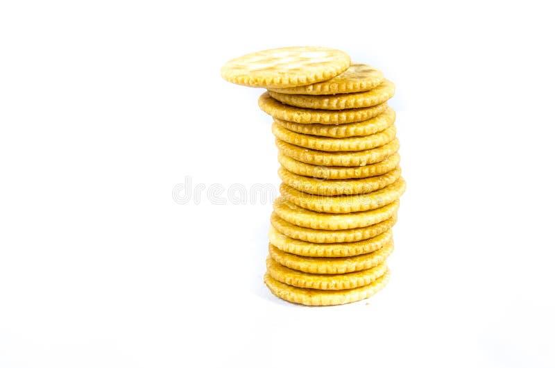 Ronde crackers in gestapeld over proberend niet daling royalty-vrije stock afbeelding
