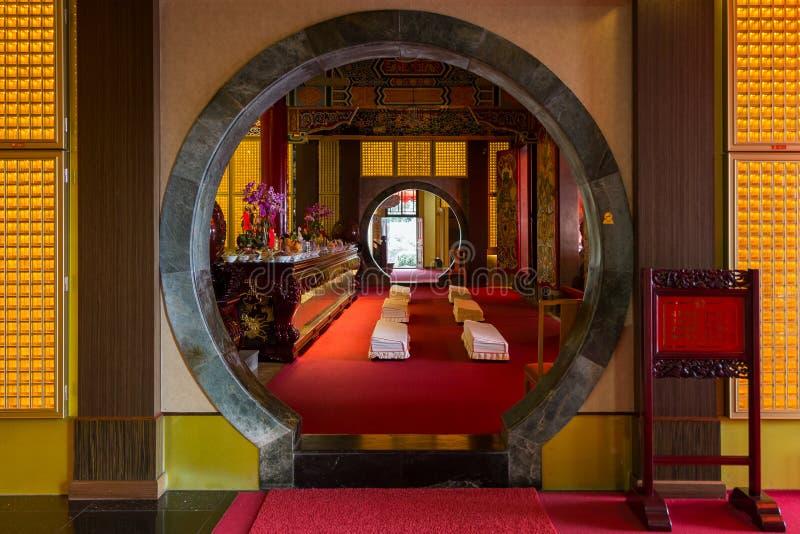 Ronde deur aan een altaar bij de Zhinan-Tempel in Taipeh stock fotografie