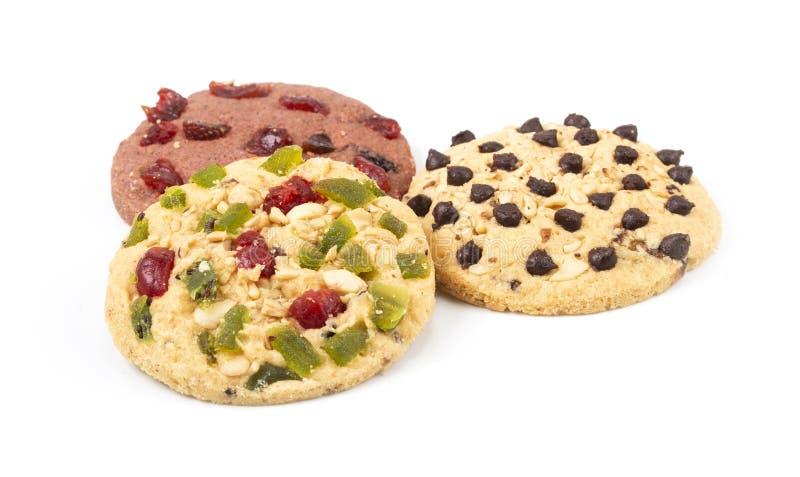 Ronde die koekjes met gedroogd fruit op witte achtergrond wordt ge?soleerd royalty-vrije stock afbeelding