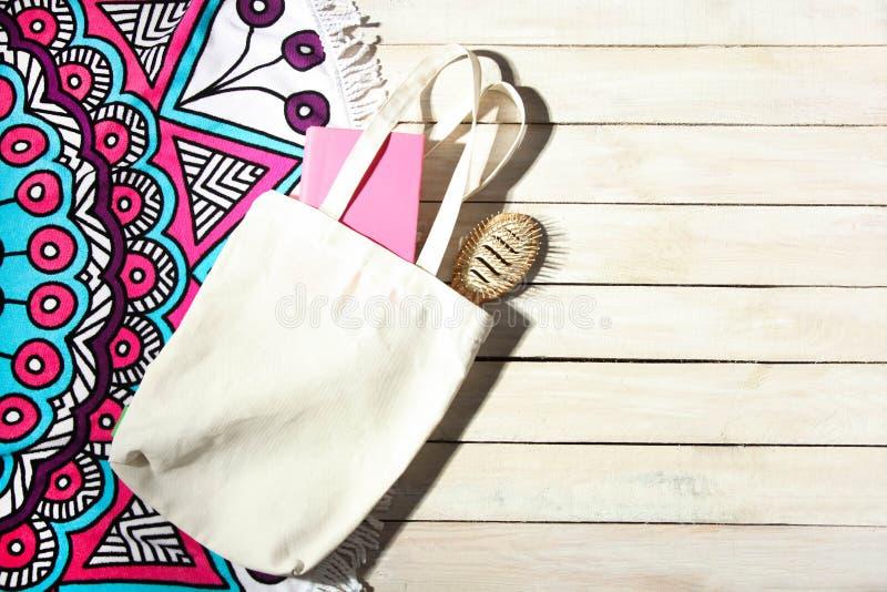 Ronde heldere strandhanddoek met mandala en witte ecozak stock afbeelding